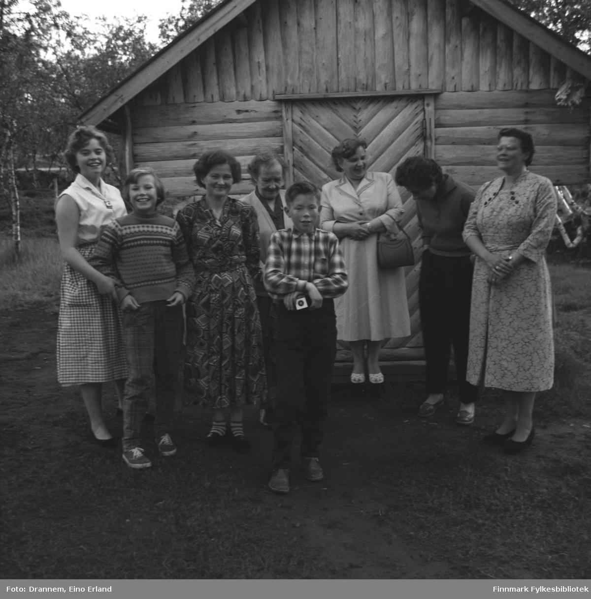 Gruppeportrett av (fra venstre) Svanhild, Mary, Alette og Magnar Karikoski, Inga Arvola, Reidun Vorren, Jenny Drannem og (?) i Neiden