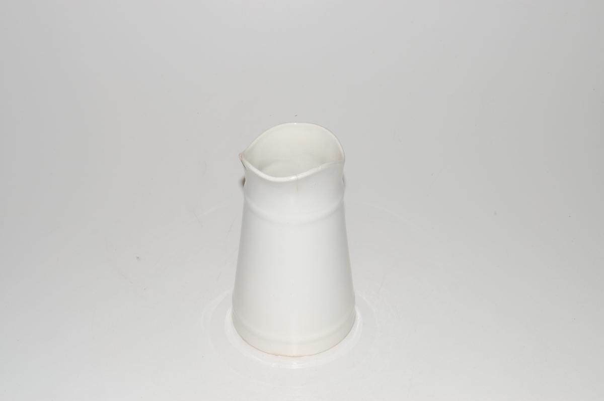 Form: sylinderformet som smalner oppover og ender i en bred tut. Ganske rett og stort håndtak