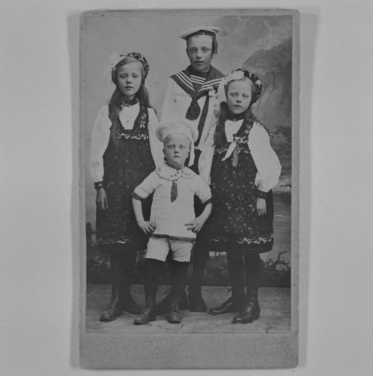 Nils Onstad (foran), hans bror Håkon og hans to søstre.