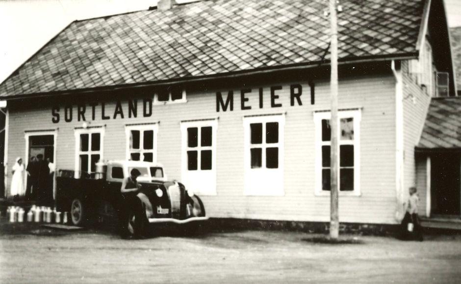 Sortland Meieri ca. 1935. Samme bilde som MNSF0124-014.  Kommentar fra Ivar E. Stav: Lastebilen er Diamond T årsmodell 1936-37.