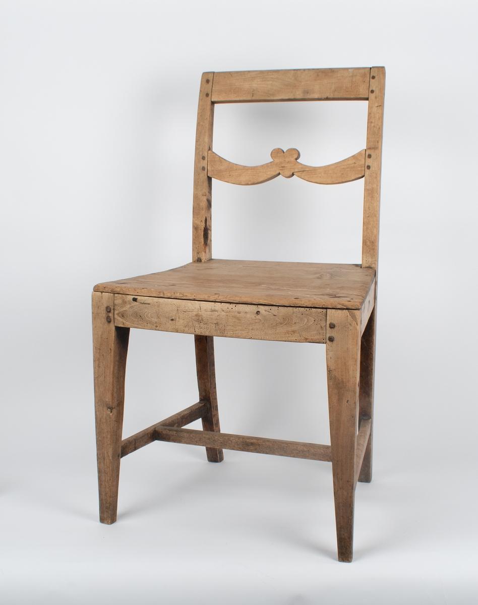Trestol med enkelt tresete. Tverrsprossen i ryggen har enkel dekorativ form.