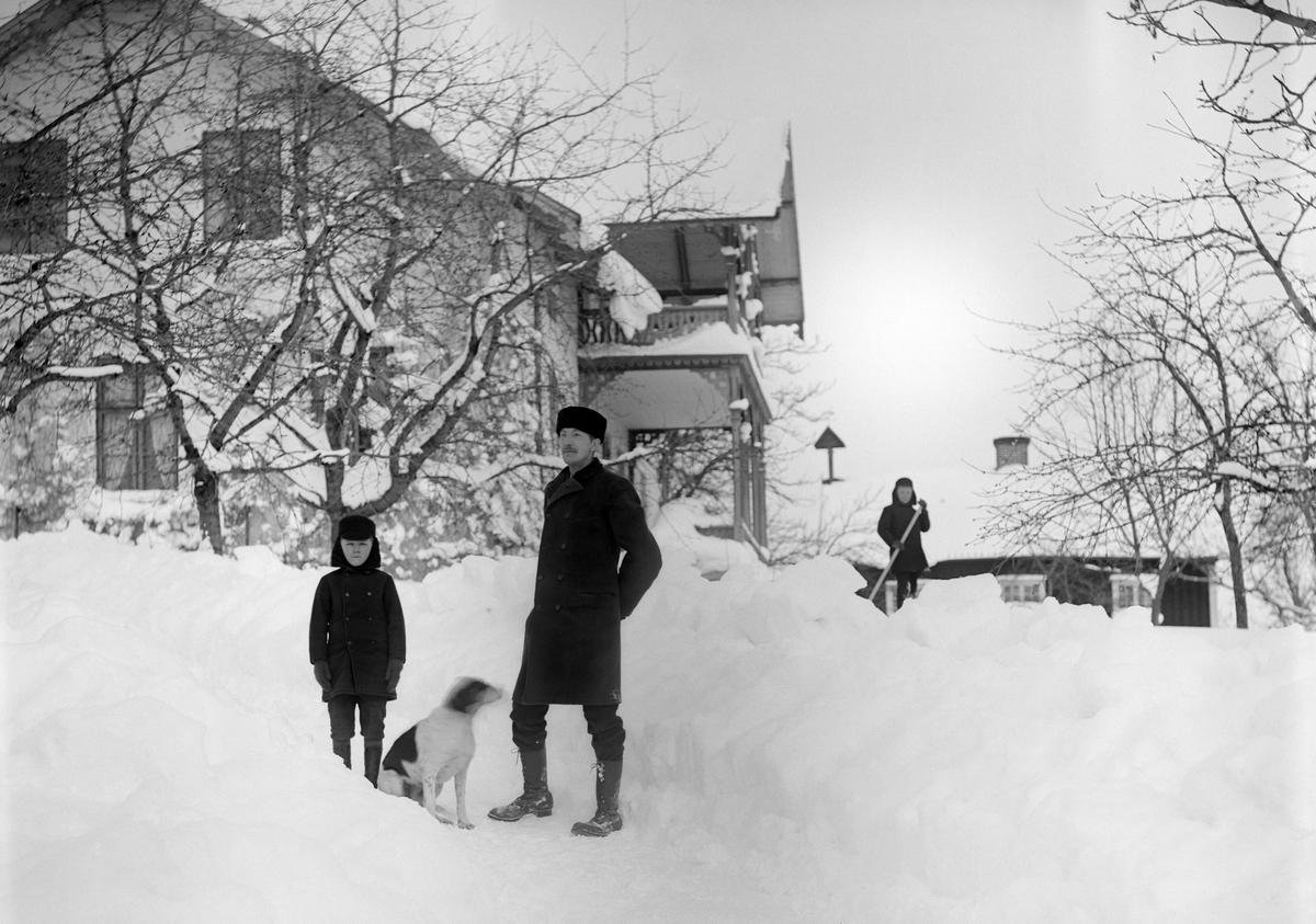 Fotograf Emil Durling på besök vid systerns hem i Ramsdal medan systersönerna Sigurd och Arne hjälper till med snöskottningen.