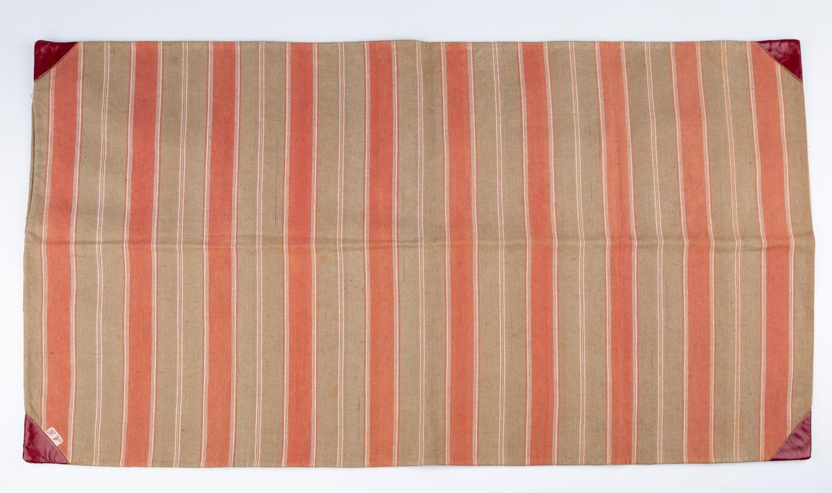 Putetrekk. Bolster. Rektangulært . Forsterkede hjørner med rødt lakkert stoff. Vevet i striper. Navnemerket A.G. er festet i hjørnet, Antakelig Amalie Gaavim f. 1856 / eventuelt Anette Gaavim