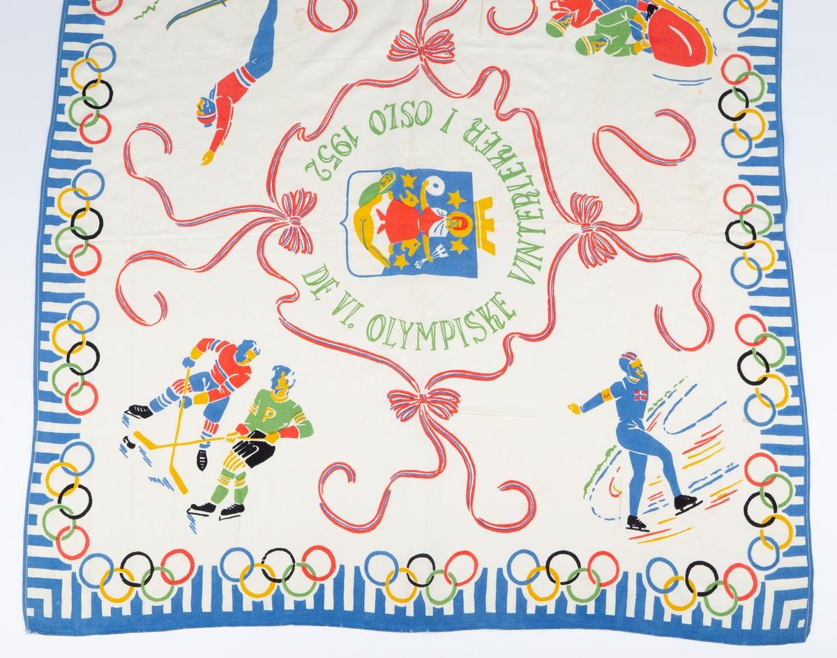 """De olympiske ringene, en skøyteløper, en skihopper, to i en bobslede og to hockeyspillere, alle menn. I midten Oslo byvåpen med norsk flagg sløyfer rundt. Mrk:""""De IV Olympiske Vinterleker i Oslo 1952""""."""