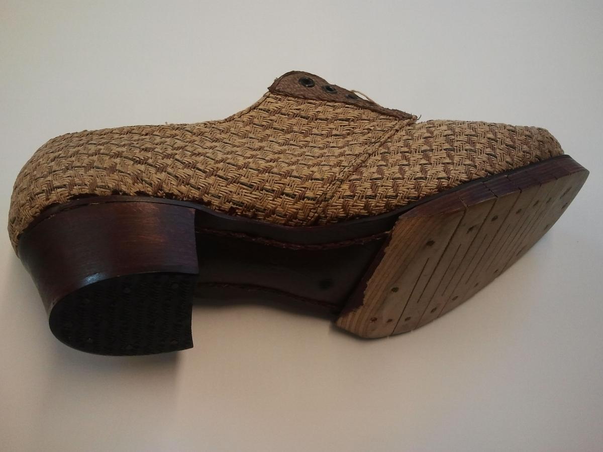 Sko med tresole og overlaer vevd av papirhyssing