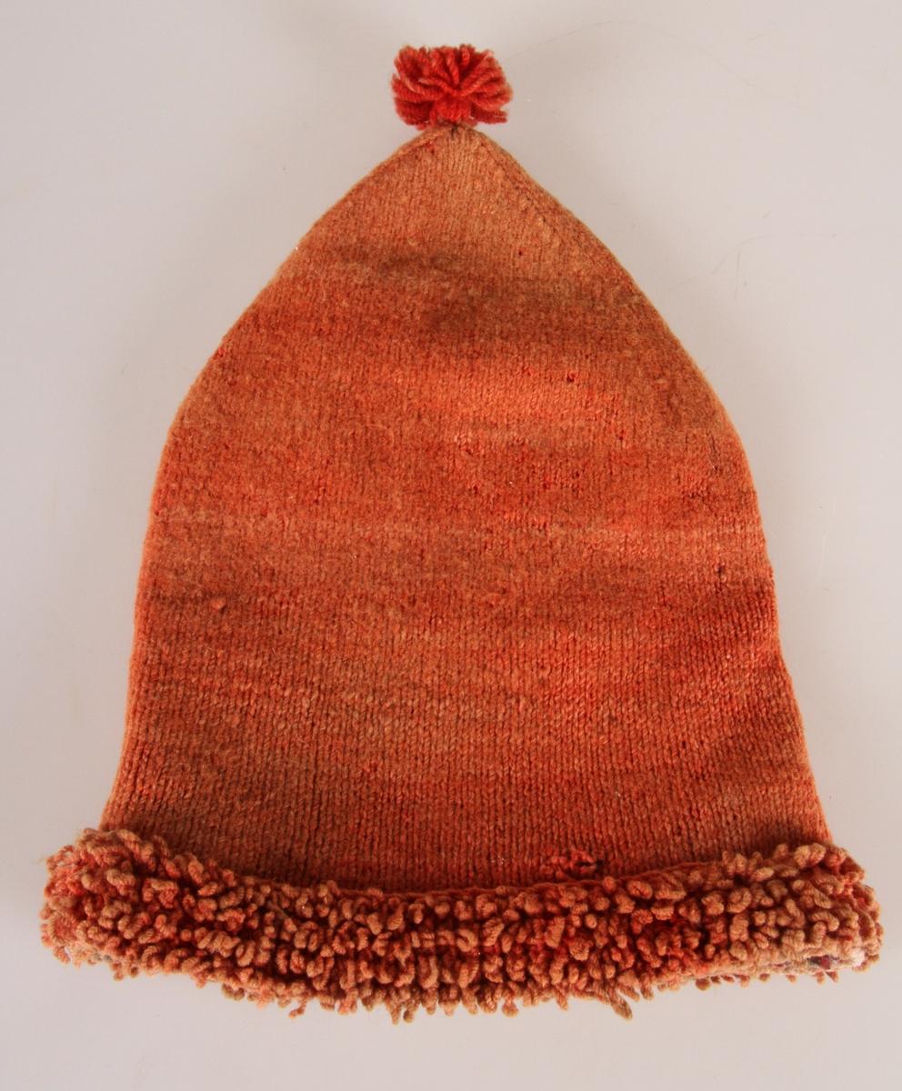 Rød, strikket topplue, kantet med påsydd kant i løkkestrikking. Lue er tett strikket, og garnet er antagelig hjemmefarget og håndspunnet. Det er rester av et vevet fôr. Typisk lue brukt i skogskjøring og vinterarbeid på 1800-tallet. Lua ble satt på toppen av hodet når man arbeidet, mens ved kjøring ble lua trukket godt ned over ørene. Løkkestrikkinga fungerer som en form for snøskygge. Den er kjøpt av skraphandler Konrad Rullut i Rudsbygda, Lillehammer. Østre Toten husflidslag har kopiert lua og strikket nye eksemplarer.