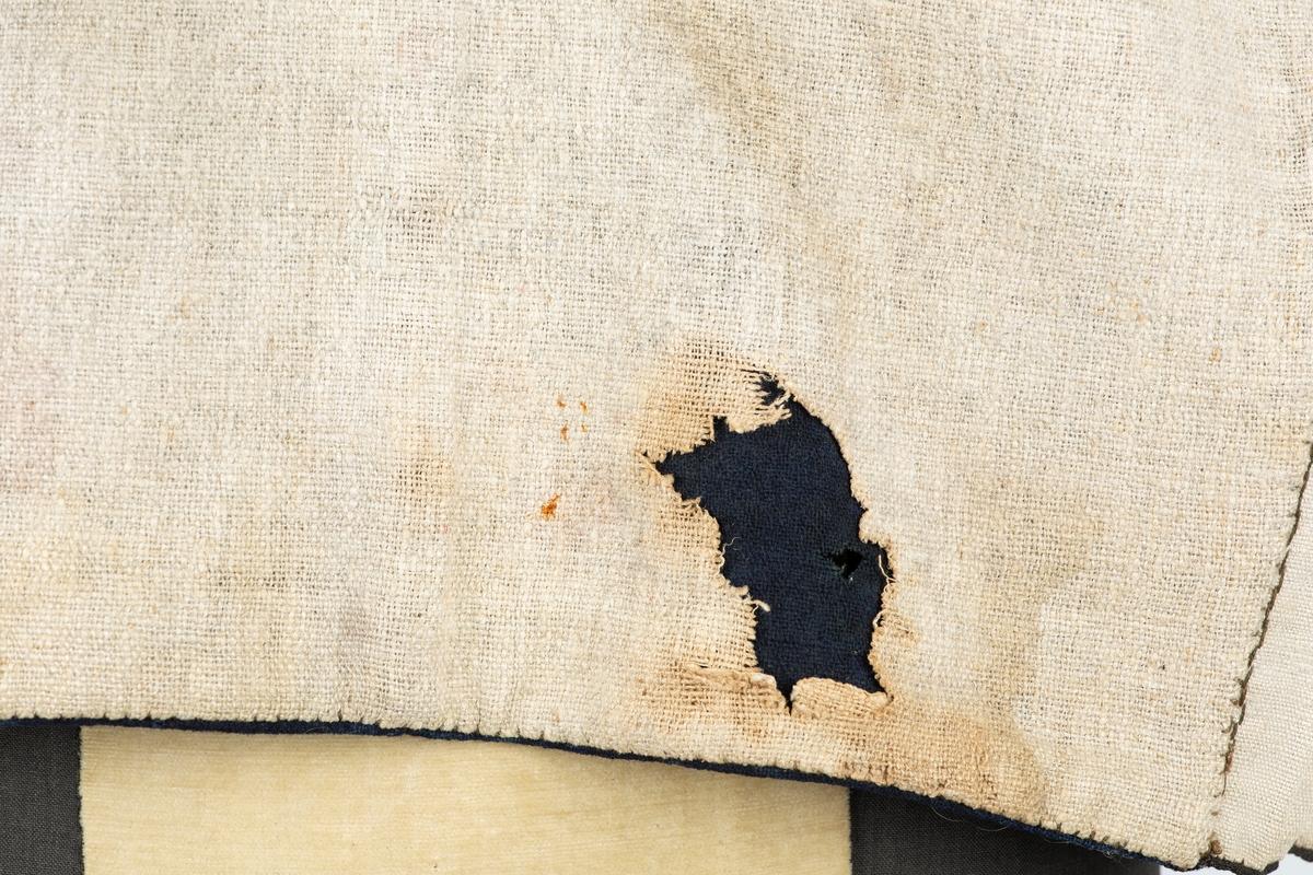 Vest. Forstykkene i et ripsvevet stoff, antakelig silkeblanding, med gugrønne dekortråder. Lett tilbaketrekte skuldersømmer. Enkeltspent, 8 håndsyddeknapphull, knapper mangler. Ståkrage, Stikklomme på forstykkene. |Rygg i mørk blå klede med søm midt bak. Vesten foret med hjemmevevet linstoff, toskaft i ulike tykkelser. Innerlomme i foret på venstre side. Stikninger, antakelig håndsydde langs alle kanter. Skader: Revne i silkestoffet venstre side ved 4. knapphull nedenfra; ullstoffet bak har noen møllhull, hull i linforet bak.  Utstilt på Akershus Bondekvinnelags Tekstilutstilling på Norsk Folkemuseum 1953. Nr. 192. Eier: Fanny Aschim, Ås stasjon. Tilvirket av Amalie Gaavim, Ås stasjon.  Bruker var Jens Gaavim, se personpost Fanny Aschim. Denne vesten kan være brukt til antrekket Fhm. 03148