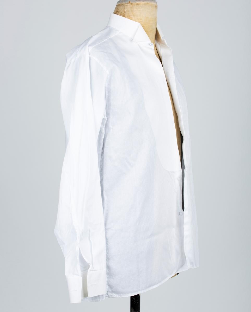 Herreskjorte. Stivet skjortebryst og mansjett.
