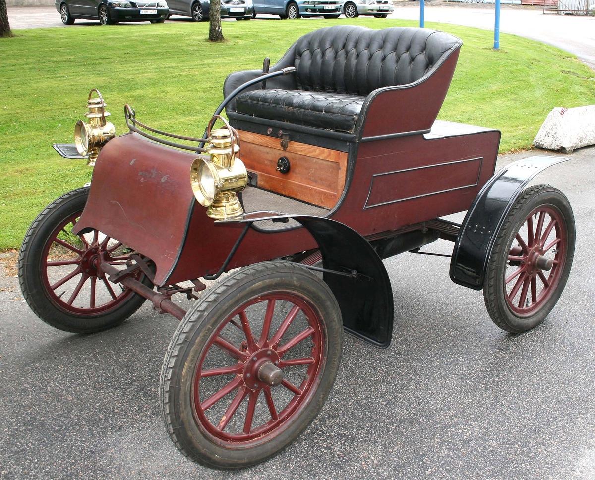 Bilen är en Northern 1906 års modell, har 2-sitsigt säte, encylindrig motor på 5 hk som gör 500 varv per minut vid topphastigheten 30-35 km/h. Har en centralt placerad kedja som driver bakaxeln, samt 2 växlar framåt samt backväxel. Bilens pris var 3.375 kr, år 1905.   Kördes senast vid Barnens Dag-firandet i Borås 1938. Se även artikel i Borås Tidning, 2005-05-04.