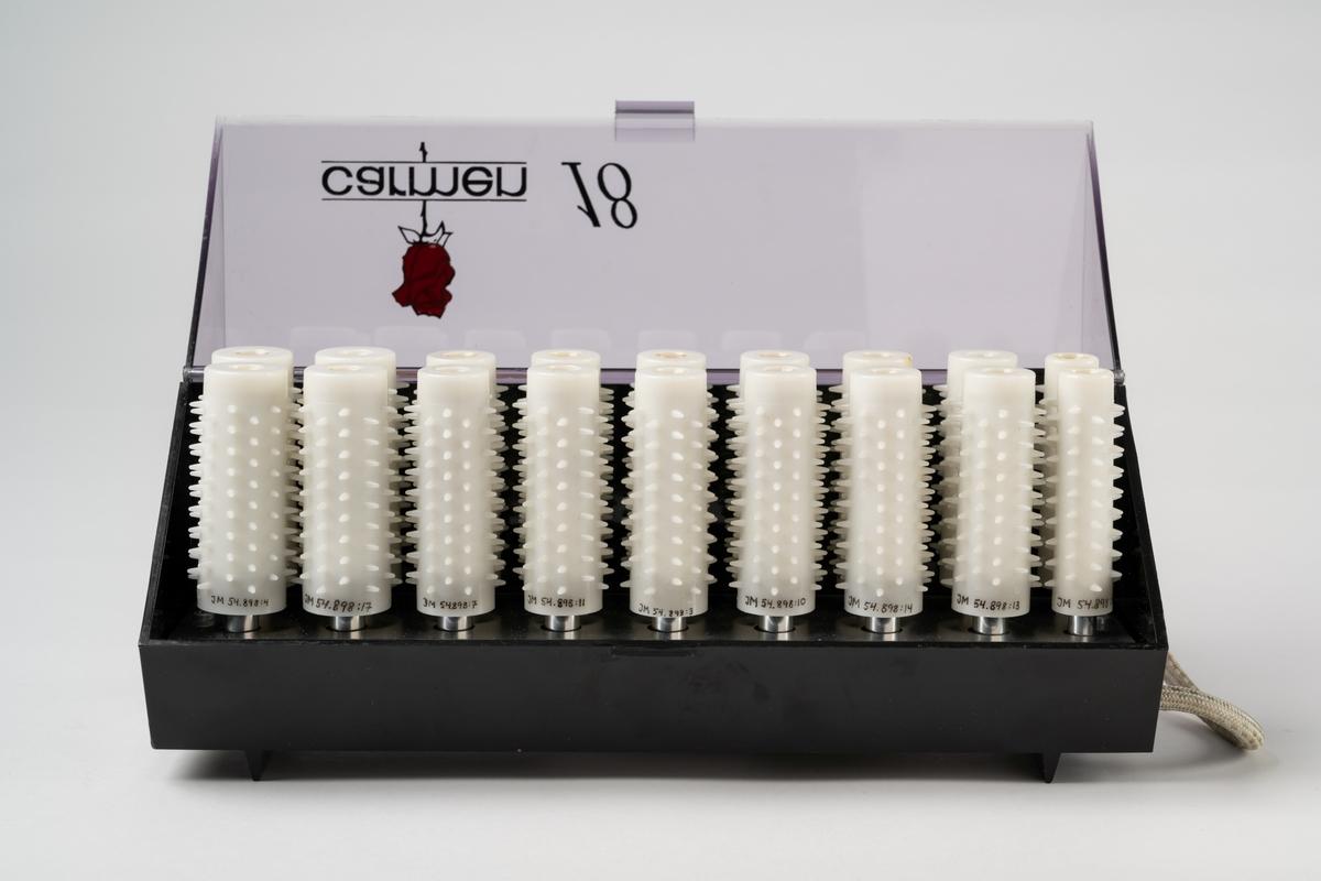 """Värmespolar (18 st) till den elektriska apparaten """"carmen 18"""". Vita plastcylindrar med piggar. Tre olika storlekar 23-30 mm bredd. Text: """"Made in Denmark"""".  Samhör med JM 54898:1."""