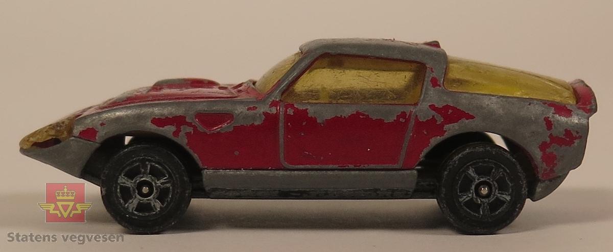 Samling av fem modellbiler. 2 biler er rød, 1 bil er blå, 1 bil er gul og 1 bil er grønn. Alle er laget av metall og har en skala på 1:70.