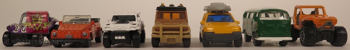 Samling av sju modellbiler. De har hovedfargene hvit, gul, brun, grønn, lilla og oransje. Alle er hovedsakelig laget av metall. Skala 1: 60 - 1:76 (Antatt av NVM).