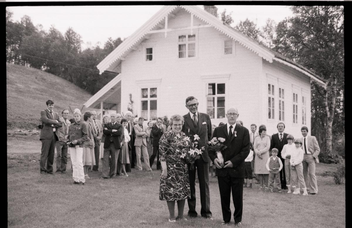 Herleiv Lunde fotografert sammen med flere andre utenfor huset på Grytøya.