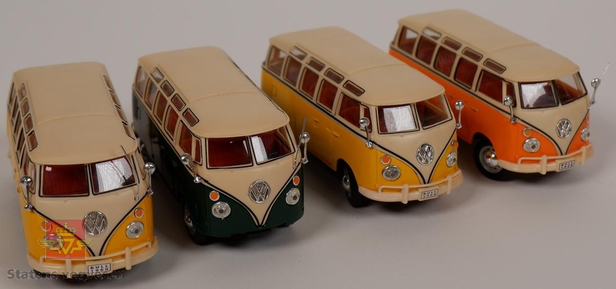 Miniatyrmodeller av Volkswagen Transporter T1. Fire biler med hovedfargene gul, grønn og oransje. Bilene er laget hovedsakelig i metall med plastunderstell og detaljer. Skala 1:43.