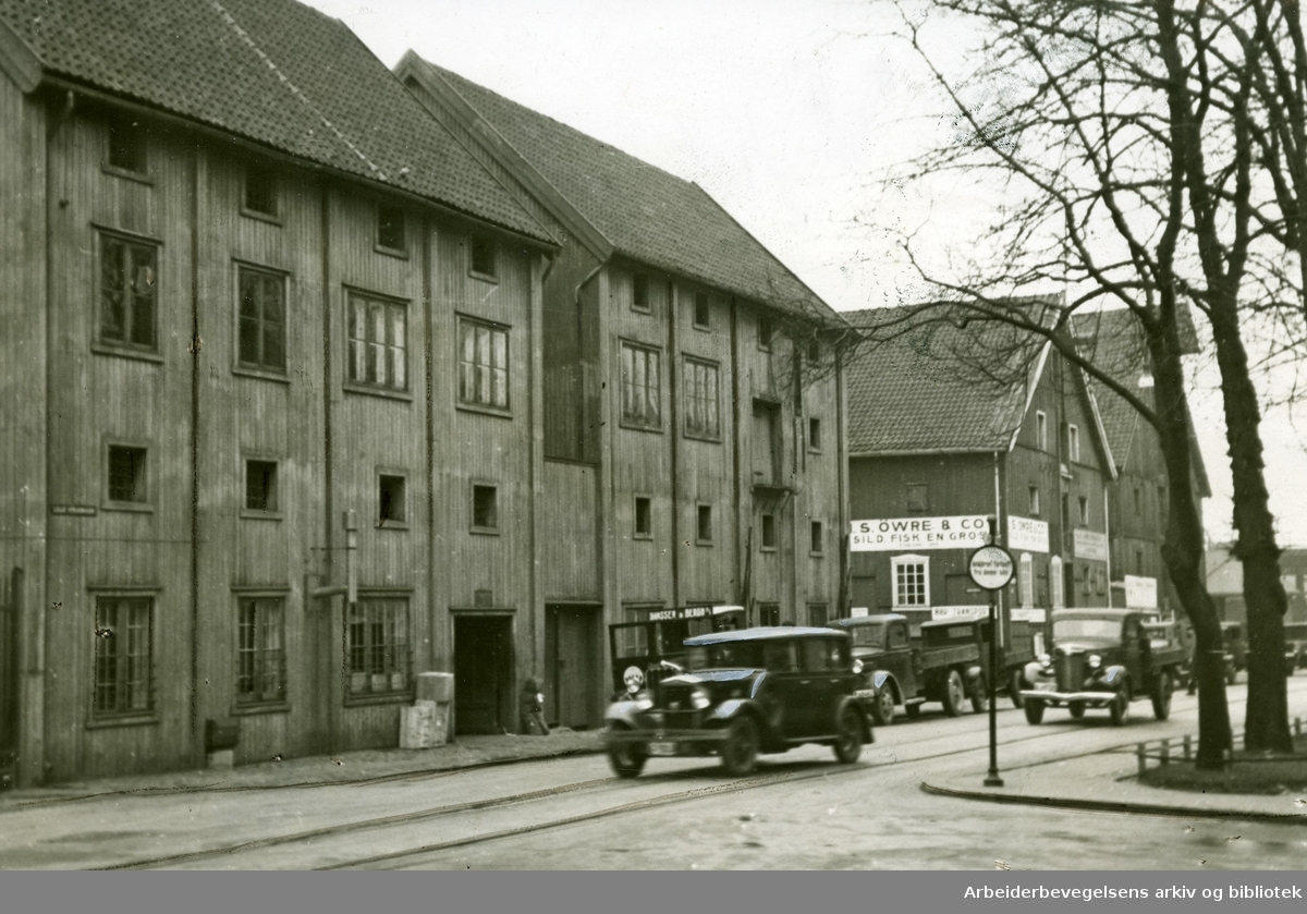 Sjøboderne 1 og 14. Sjøtollstedet eller Tollbubrygga. .Tidligere kaianlegg øst for Tollboden. Nov 1937.