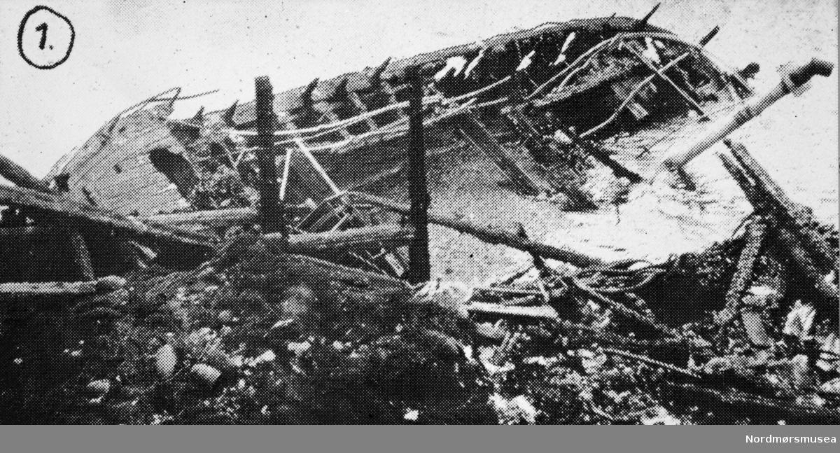 Båtforlis. Etter påført informasjon er bildet fotografert i forbindelse med en brann på Honningsøya i Averøy kommune i 1961. Muligens omkring 12. november 1961. Bildet er fra avisa Tidens Krav sitt arkiv i tidsrommet 1970-1994. Nå i Nordmøre museums fotosamling.