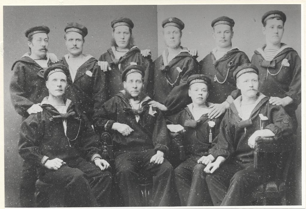 Båtsmän tillhörande Södermanlands 1:a roteringsbåtsmanskompani på 1880-talet Karl Liljedahl (Malmberg) överst till vänster.