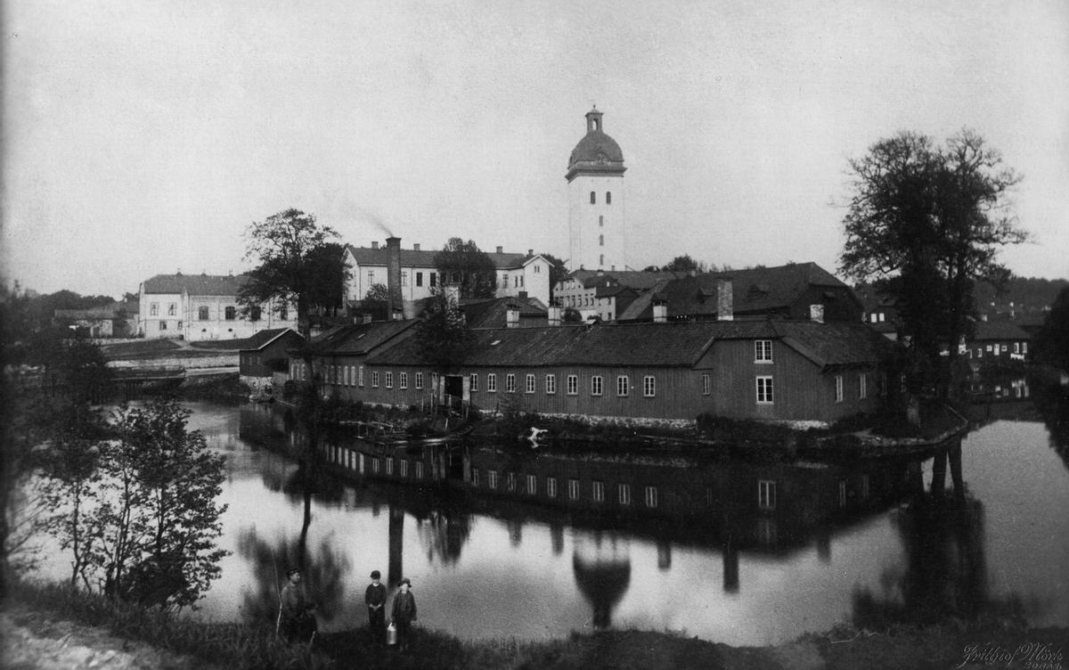 Linds Färgeri (f.d. Swarts-Berglunds) och Kronobränneriet vid Viskan på 1880-talet.