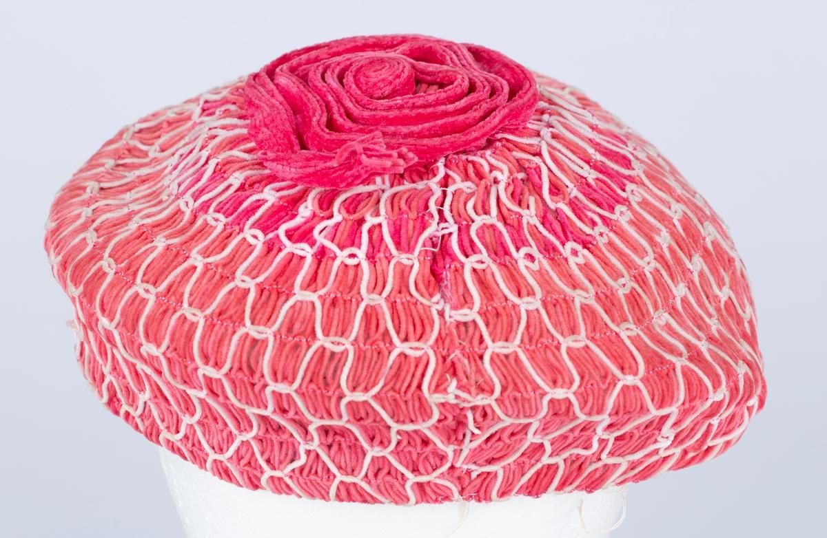 Flat, rund hattepull, rett kant . Pyntesnor på toppen.  Made in Switerland. Made espessially for Pinehurst- The Bon Marche, Fifth Avenue, New York Str. 22 1/2