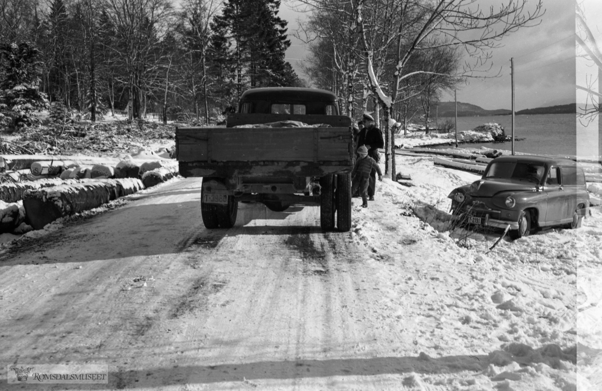"""""""Kolisjon 1957 ved Retiro"""" .Bilen har reg nr T-2191 og er en Standard Vanguard varebil årsmodell 1950-53."""