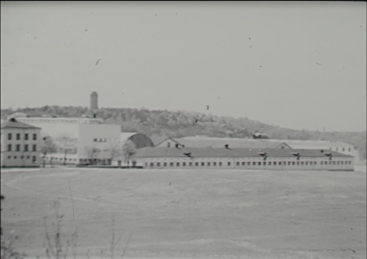 Filmsekvenser av området för Tekniska museet, före och under byggnation. Även exteriörbilder och flygbilder av området.