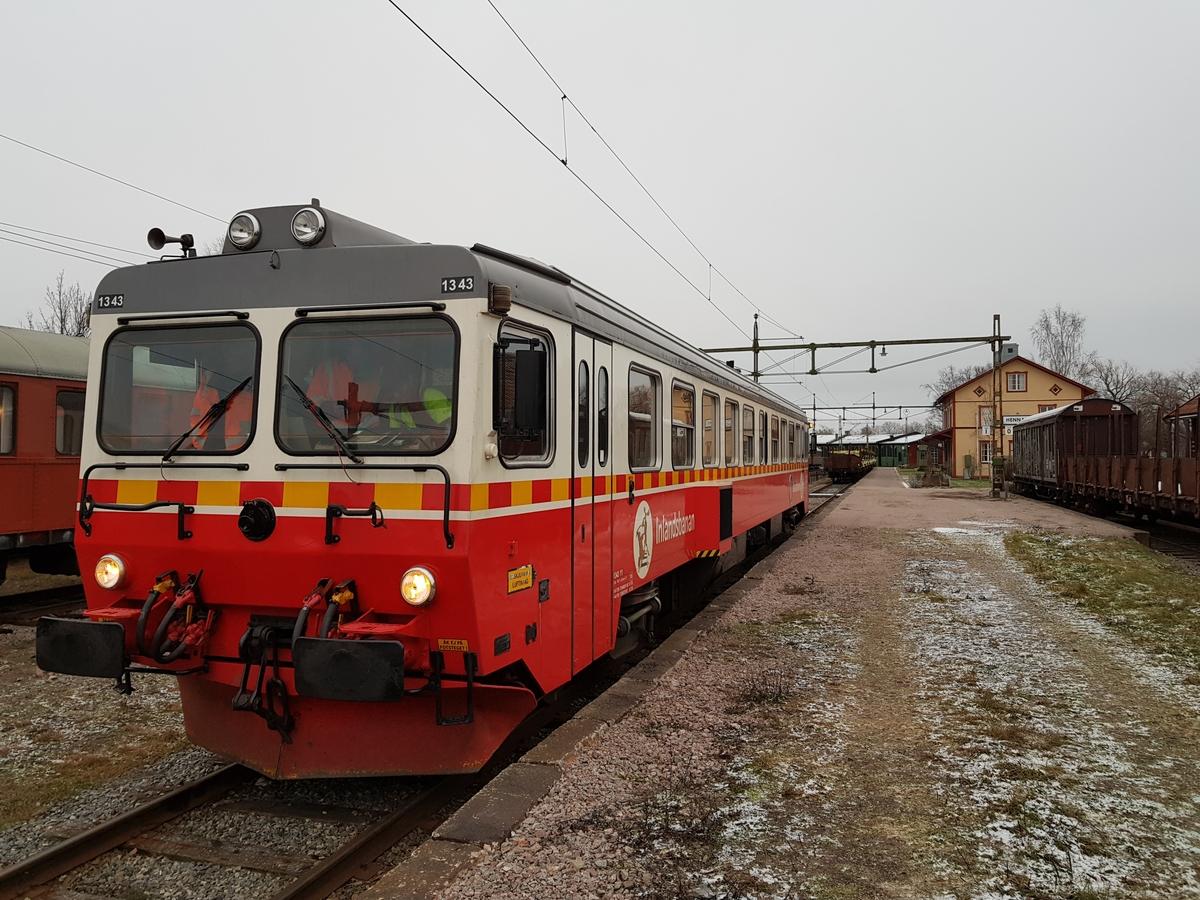 """Dieseldriven motorvagn IBAB Y1 1343. I utförande och skick som trafikfordon vid IBAB 2011 med original FIAT-motor och måttligt ombyggd. Rödrandiga säten. Buffertar och skruvkoppel. Grått tak, vit upptill till strax nedanför fönstren, röd-gulrandig rand, röd nedtill. """"Inlandsbanan"""" på sidan samt en dekal med en älg. Motorstyrka: 2x160 kW= 320 kW Motoreffekt: 456 hk Största tillåtna hastighet: 130 km/h Antal sittplatser: 68 stycken"""