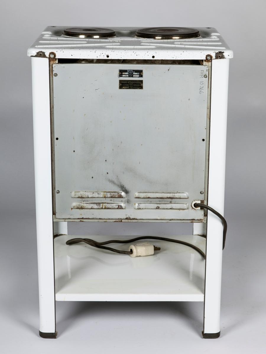 FHM.10366: Elektrisk komfyr med to plater. Hylle under stekeovn. Brev med opplysn. fra giver. FHM.10366b: Stekeovnspanne, FHM.10366c: Steke- ovnsplate, FHM.10366d: Stekeovnsplate (alle 31x27). FHM.10366e: Stekeovnspanne, FHM.10366f: Steke- ovnsplate, FHM.10366g: Stekeovnsplate, FHM.10366h: Stekeovnsrist (alle 31x38cm).