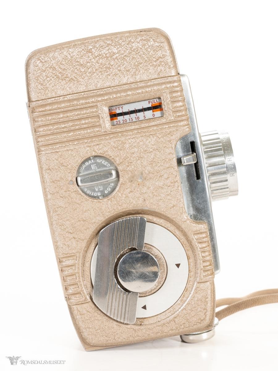 Rektangulært 8 mm filmkamera i metall. Søker bak, indikatorvindu, hastighetsinnstilling, opptrekkshjul og eksponeringshendel på høyre side. Åpne og lukkemekanisme og innstillingshjul for linse på venstre side. Stiv, rektangulær bæreveske i lær med klaffelokk med lås.
