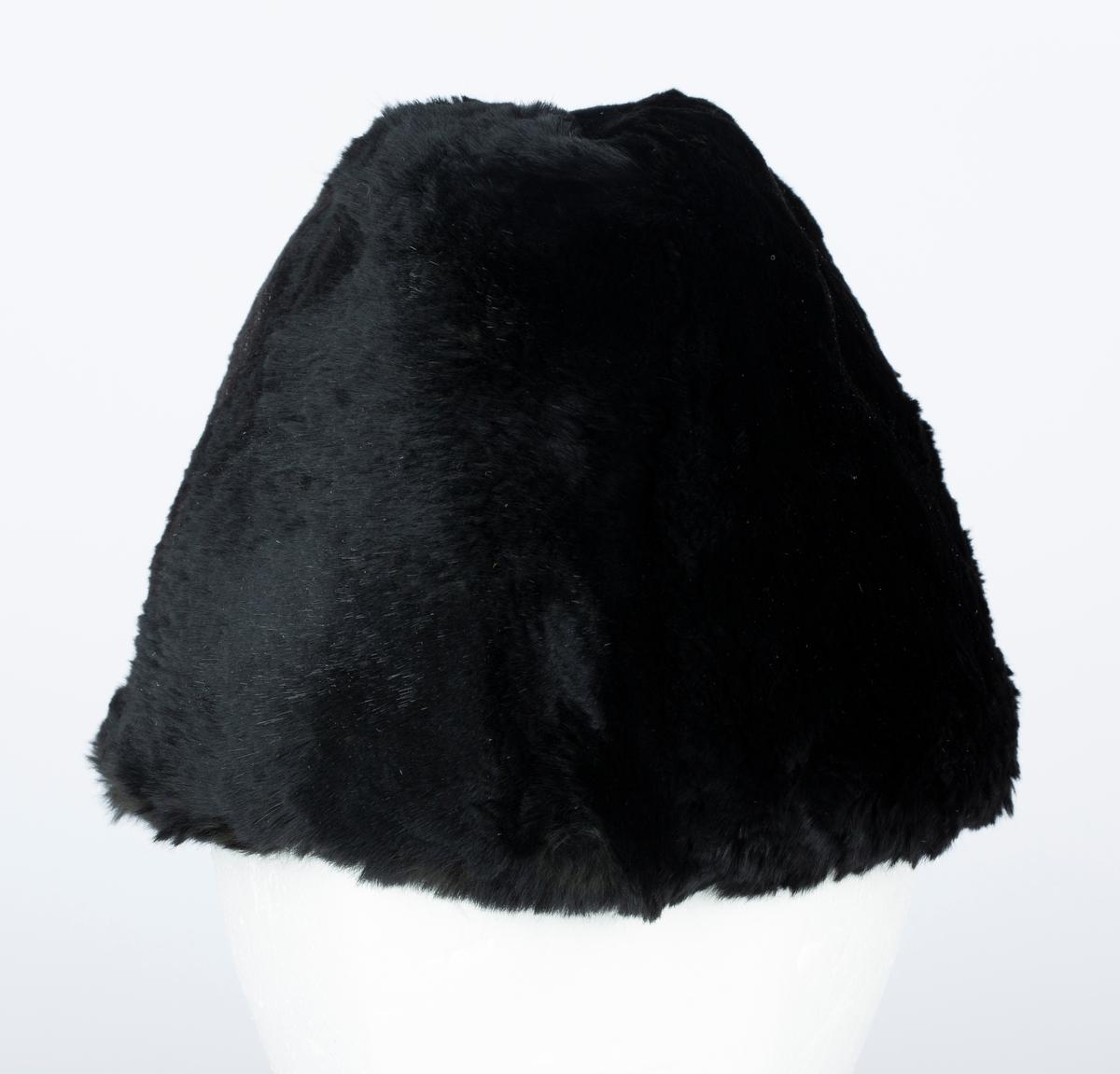 Herrevinterlue. Pels. Båtluefasong, Fôret med sort vattert stoff med stikninger.