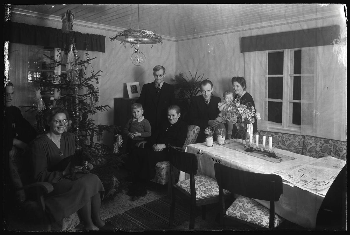 Familj i rum med julgran