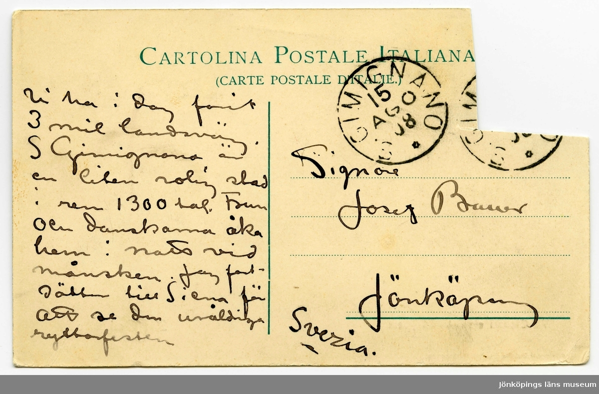 Brevkort 1908-08-14 från John och Ester Bauer till Joseph Bauer, skrivet på fram- och baksidan av ett tjockt pappersark. Huvudsaklig skrift handskriven med svart bläck. Handstilen tyder på John Bauer som skribent. Kortets motiv föreställer en vy av staden San Gimignano. Arket är avklippt där frimärket suttit.  . BREVAVSKRIFT: . [Sida 1] [Tryckt text: CARTOLINA POSTALE ITALIANA (CARTE POSTALE D'ITALIE) samt två poststämplar, den ena dock nästan helt bortklippt tillsammans med frimärke: GIMIGNANO 15 AGO 08] [adresserat till: ] Signor Josef Bauer Jönköping Svezia. . Vi ha i dag farit 3 mil landsväg. S Gimingnano är en liten rolig stad i ren 1300 tal. Frun och danskarna åka  hem i natt vid månsken. Jag fort- sätter till Siena för att se den uråldriga ryttarfesten . [Sida 2] [Vykort framsida med bild och tryckt text: Via Capassi e veduta del Paese San Gimignano Giuseppe Del Taglia, San Gimignano] . Vi må härligt och hälsosam. 14.8.08 John & Esther.