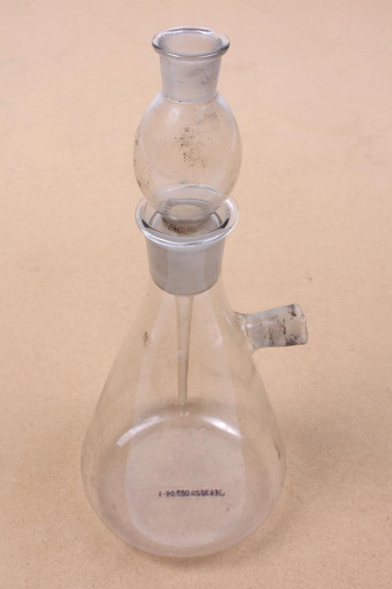 Laboratorieutstyr i blåst glass. En kolbe og pipette som passer sammen.