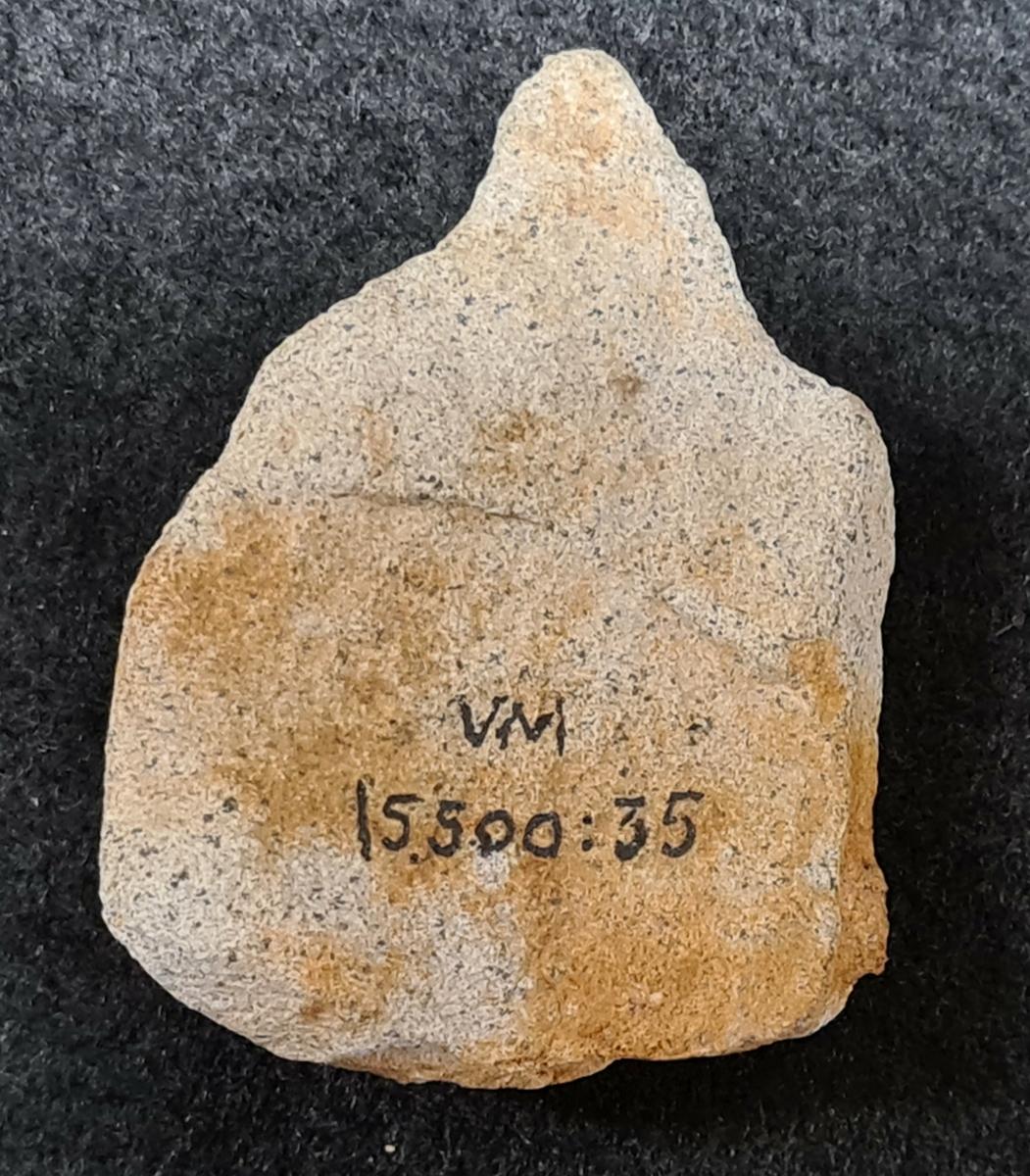 Bergartsavslag, 1 st.  Ingår i boplatsfyndet VM15500:35: H5, Huvudnäsön, Vänersborg, Västergötland.