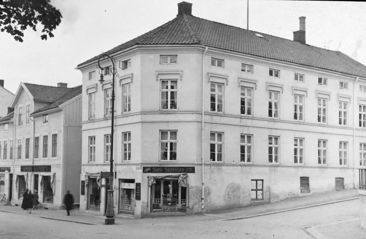 Sørensengården, Londonerbasaren, Torggata 71, Hamar. Eksteriør, lyktestolpe. 1930årene.