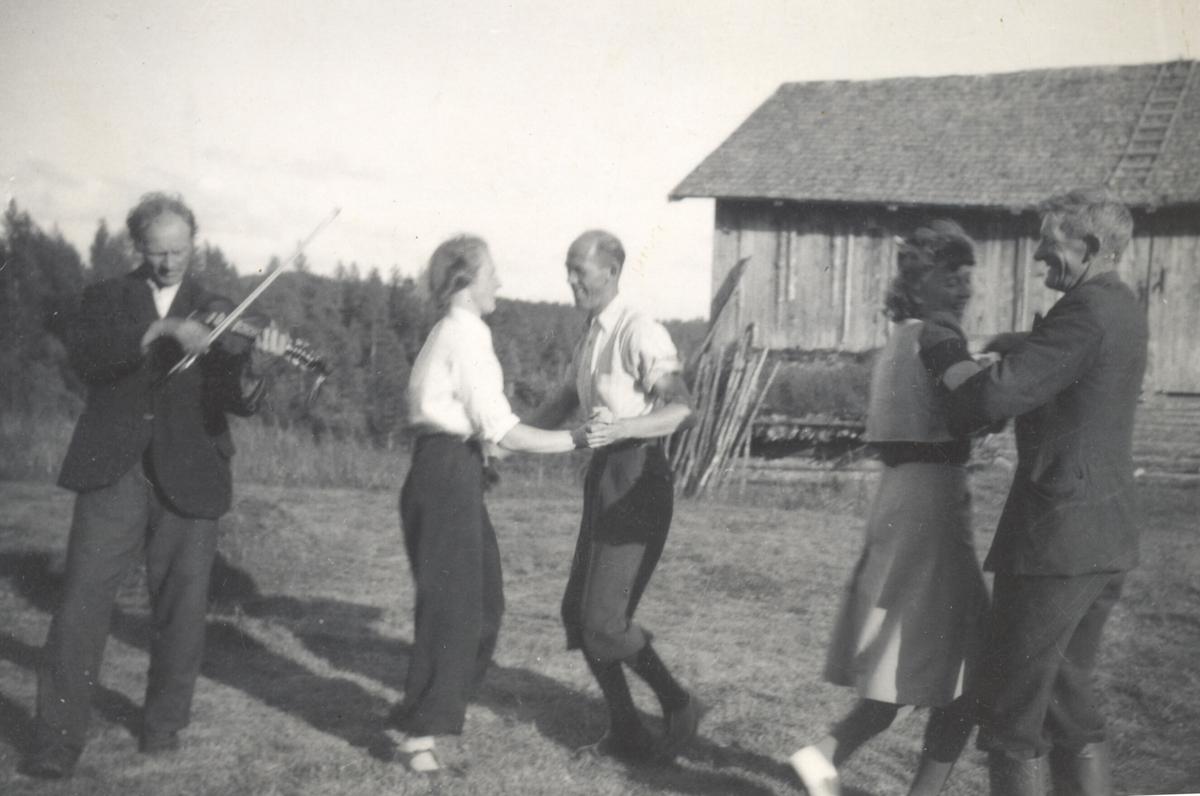 Halvor H. Li spelar i tunet på Høystul