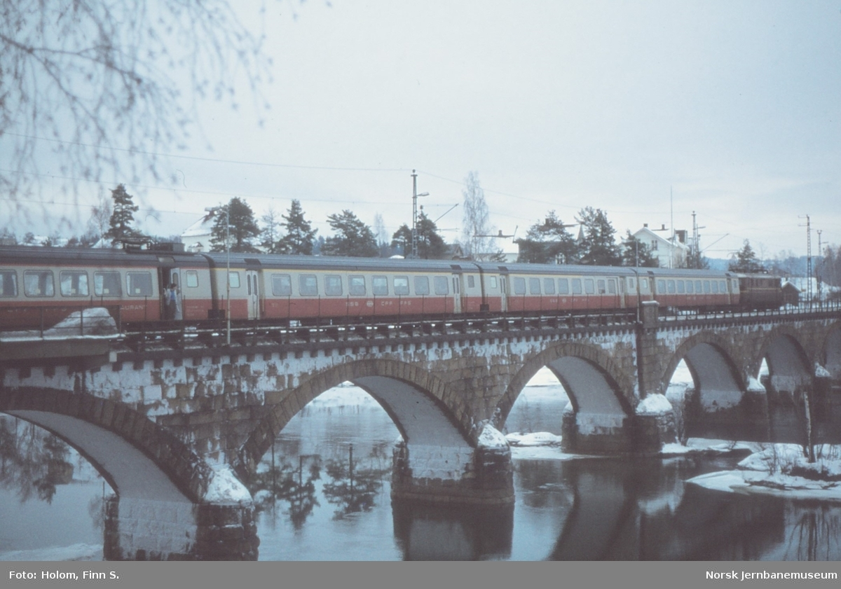 Elektrisk lokomotiv El 11 2078 med sveitsiske krengevogner på Hønefoss stasjon. Vognene ble prøvekjørt på Bergensbanen