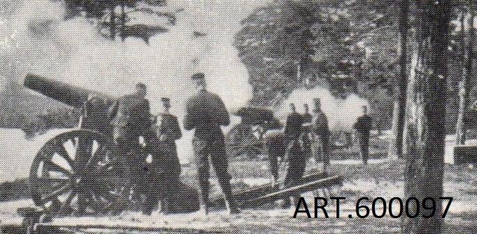 """Haubitsen tillhör det nya positionsartilleriet vars första pjäs var 12 cm kanon m/1879 . De skulle utnyttjas för bestyckning av fästningar, tillfälliga försvarsställningar, för belägringar och även för förstärkning vid anfall.   m/ 1879 hängde inte med i den snabba utvecklingen vid denna tid. Nytt kemiskt krut tillkom, liksom, även med koppling till nya krutet, eldrör helt av stål som tålde starkare laddning och som då kunde nå längre.  En ny konstruktion köptes av Krupp för en 12 cm kanon och en 16 cm haubits. På dessa, benämnd m/1885, var hjulen av en förstärkt typ (senare ytterligare förstärkta till den typ som finns idag på kanonen) och eldröret helt av stål.  För att underlätta svansning (sidinriktning) infördes en särskild på marken liggande svansplatta. Inledningsvis togs rekylen upp genom stora rekylkilar på vilka pjäsen rullade upp, bromsades upp och rullade tillbaka igen till skjutläget. (Se särskild bild från Karlsborgsskjutning.)  På fast underlag fästes ett streckskiva som underlättade inriktning i sida samt senare, fästes i golvet en rekylbroms  av kompressionstyp som radikalt minskade rekylen. Från 1916 gjordes försök, och infördes för vissa, dessutom hjulbälten vilka infördes för att minska hjultrycket som gjorde att man vågade gruppera i något sämre underlag, se bild på ett som tagits av hjulet. Föreställaren för att få kanonen 4-hjulig vid transport var av enkel """"sadeltyp"""" (även kallad framvagn).   Eldröret lyftes ned i transportläge genom den till batteriet tillhörande kranen. Haubitsen fanns kvar i organisationen tills 1927, varav tiden från 1918 var som reserv.  Vikt 2 670 kg Skottvidd  max 5,5 km Granat32,2 kg ElevationUpp till ca 35 grader Hjuldiameter 143 cm."""