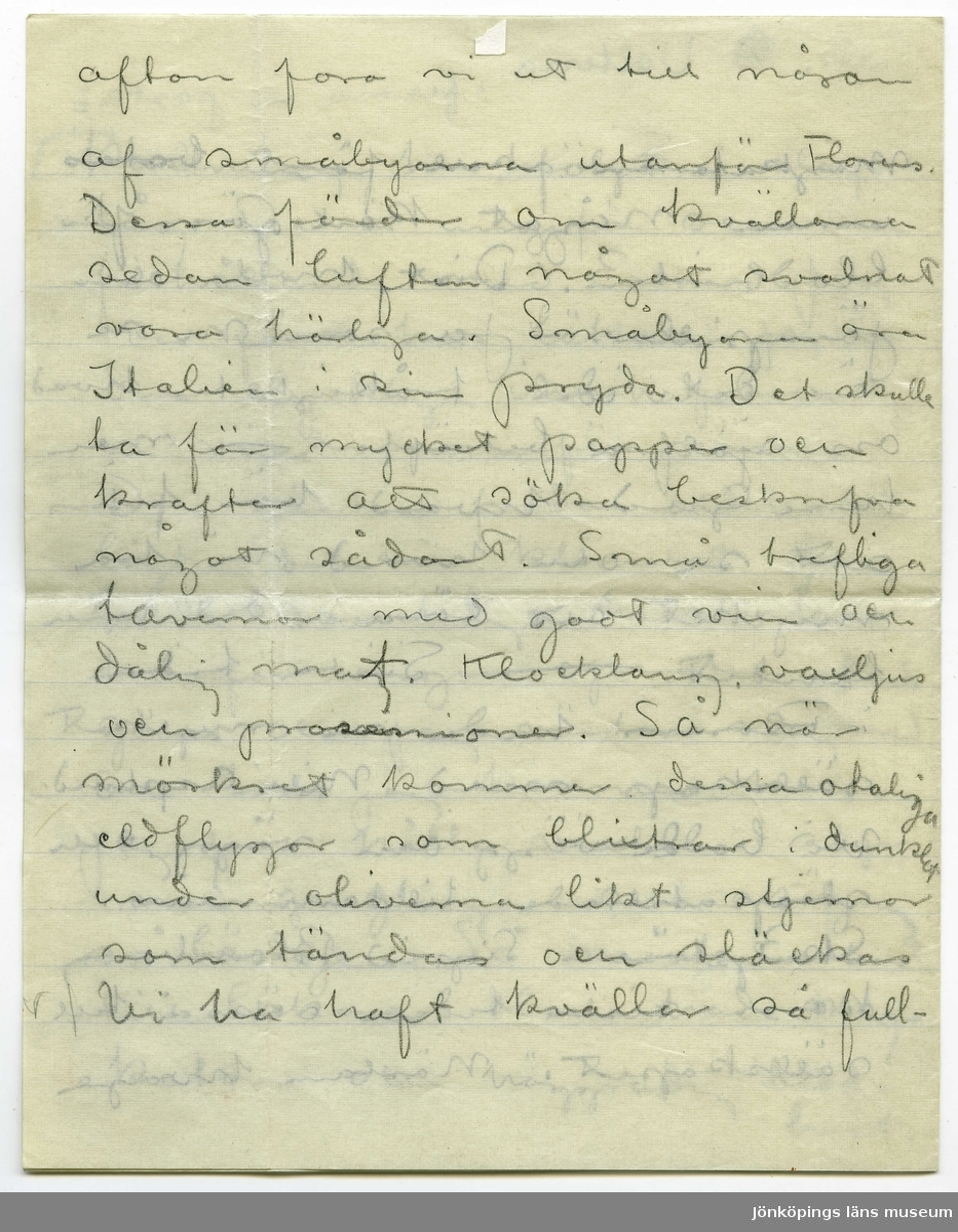 """Brevkort 1908-06-10 från John och Ester Bauer till Emma, Joseph, Hjalmar och Ernst Bauer, bestående av åtta sidor skrivna på fram- och baksidan av två vikta, tunna pappersark. Huvudsaklig skrift handskriven med blyerts. Handstilen på samtliga sidor tyder på John Bauer, med underskrift. Längst ned på sidan åtta har Ester skrivit tre rader samt underskrift, tytt av hennes handstil.  . BREVAVSKRIFT: . [Sida 1] adr. [överstruket: B] Volterra """"ferma in posta"""" = posterestante Siena 10 juni 08 . Kära föräldrar och brödrar. . Det var länge sedan jag skref nu, men tiden går så fort och man tappar aldeles bort den. - Vi ha varit ordentligt krassliga den sista tiden både Esther och jag. Det är klimatet, värmen och maten som man först och främst får skylla på. På mej har magen krånglat härs och tvärs och snufvan och hufvud- verken + en otäck slemupp- . [Sida 2] kastning har följt i släp- tåg. Det är ungefär samma förhållande med Esther. Jag var först hos läkare. Jag är  den olycklige innehafvaren af en växt innanför näsan. Den växten frodas aldeles här ligt i det här klimatet. Jag hade samtidigt halskatarr hvarför ingen operation kunde göras och jag väntar nog med den tills jag kommer hem. Jag får hålla växten i styr med gurglingar och sköljningar så länge. Så måste Esther till läkare. Hon hade mag- katarr och höggradig blod- brist. . [Sida 3]  magkatarren skall först botas innan något kan göras för blodbristen. Diet, hvila och järnpiller. - Ja som ni ser är det idel tråkigheter hvad oss själfva beträffar - men herre Gud hvad här finns att se och hvad vi ha mycket att lära i det här  landet. -- Sista tiden i Florens hade vi mycket sällskap med Nils Asplund. Vi bodde vägg om vägg och  strapatserade tillsammans. Skulptören Sigrid Blomberg kom sista tiden också till sällskapet. Nästan hvarje . [Sida 4] afton foro vi ut till någon af småbyarna utanför Florens. Dessa färder om kvällarna sedan luften något svalnat voro härliga. Småbyarna äro Italien i sin prydo. Det skulle ta för myc"""