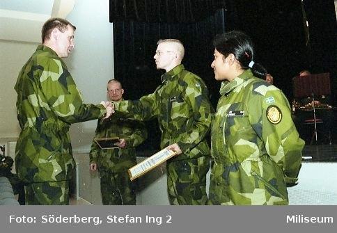 Ceremoni. Hemvärnet på fritidsgården på Ing 2. Överste Bengt Axelsson, regementschef på Ing 2 till vänster, hemvärnssoldater Gustavsson och Perry närmast kameran till höger, major Johan Lindqvist, kompani chef på Ing 2 i bakgrunden.
