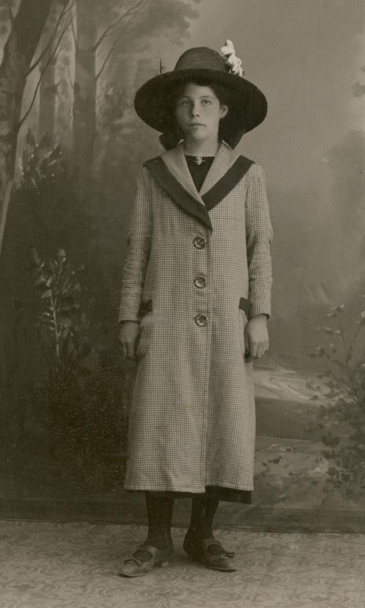 Atelierfoto av kvinne med hatt