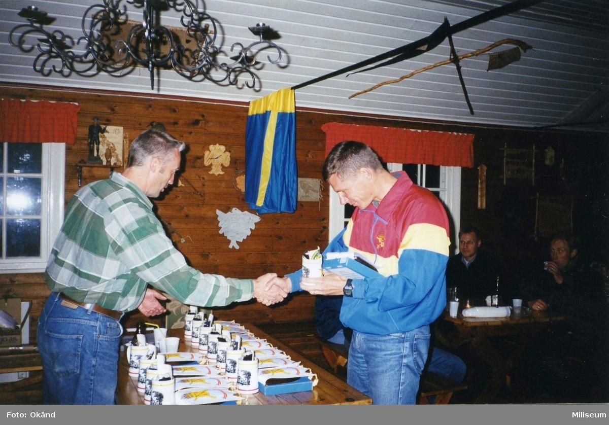 Personalaktivitet, I 12 på Eksjö Scoutgård, Skälsnäs. Prisutdelning. Per sandgren, I 12 och Peter Creutz, I 12.