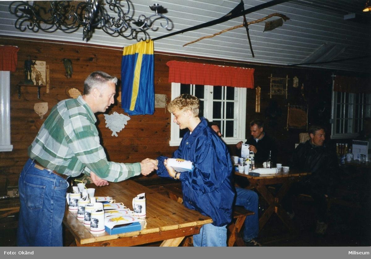 Personalaktivitet, I 12 på Eksjö Scoutgård, Skälsnäs. Prisutdelning. Per Sandgren, I 12 och Caroline Larsson, assistent brigadstaben I 12.