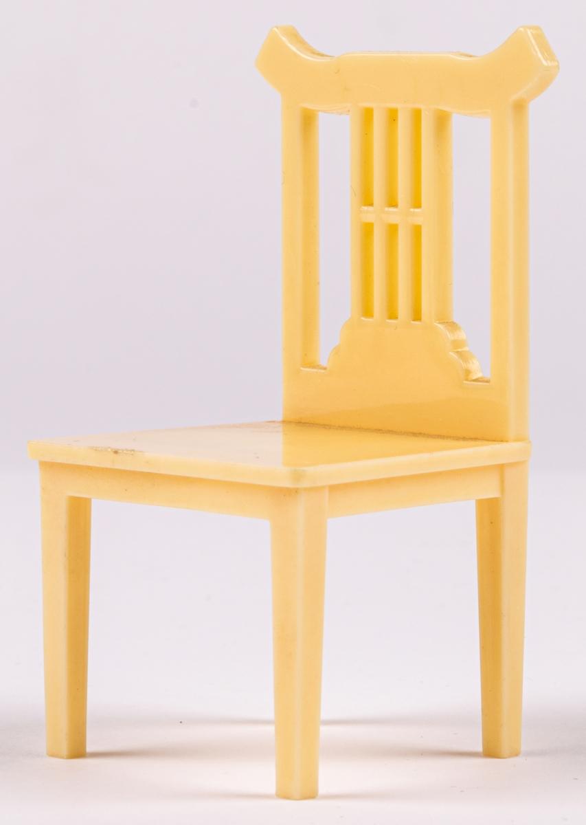 Två stolar av plast. Del av dockskåpsinredning. Cremefärgad massa.