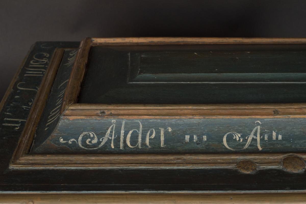 Skråkista för murarämbetet i Linköping tillverkad i rokokostil av grönmålad furu. På framsidan och kortsidan har kistan upphöjda speglar. På framsidan är speglarna dekorerade med målade mönster i rokokostil. Gavlarnas speglar är försedda med ringöglor som fungerar som handtag. Locket har en upphöjd del med ett skjutlock med förvaringslåda under. Runt lockets kant löper en vit text, delvis bortnött. Under skjutlocket förvaras en avbruten nyckel. Kistan är rikt järnbeslagen med bemålade beslag. Hörnbeslagen samt beslaget på framsidan mellan speglarna är utsirade, de två beslagen på baksidan något enklare.  Kistan är låsbar med två lås varav det ena är på ena kortsidan och saknar beslag.