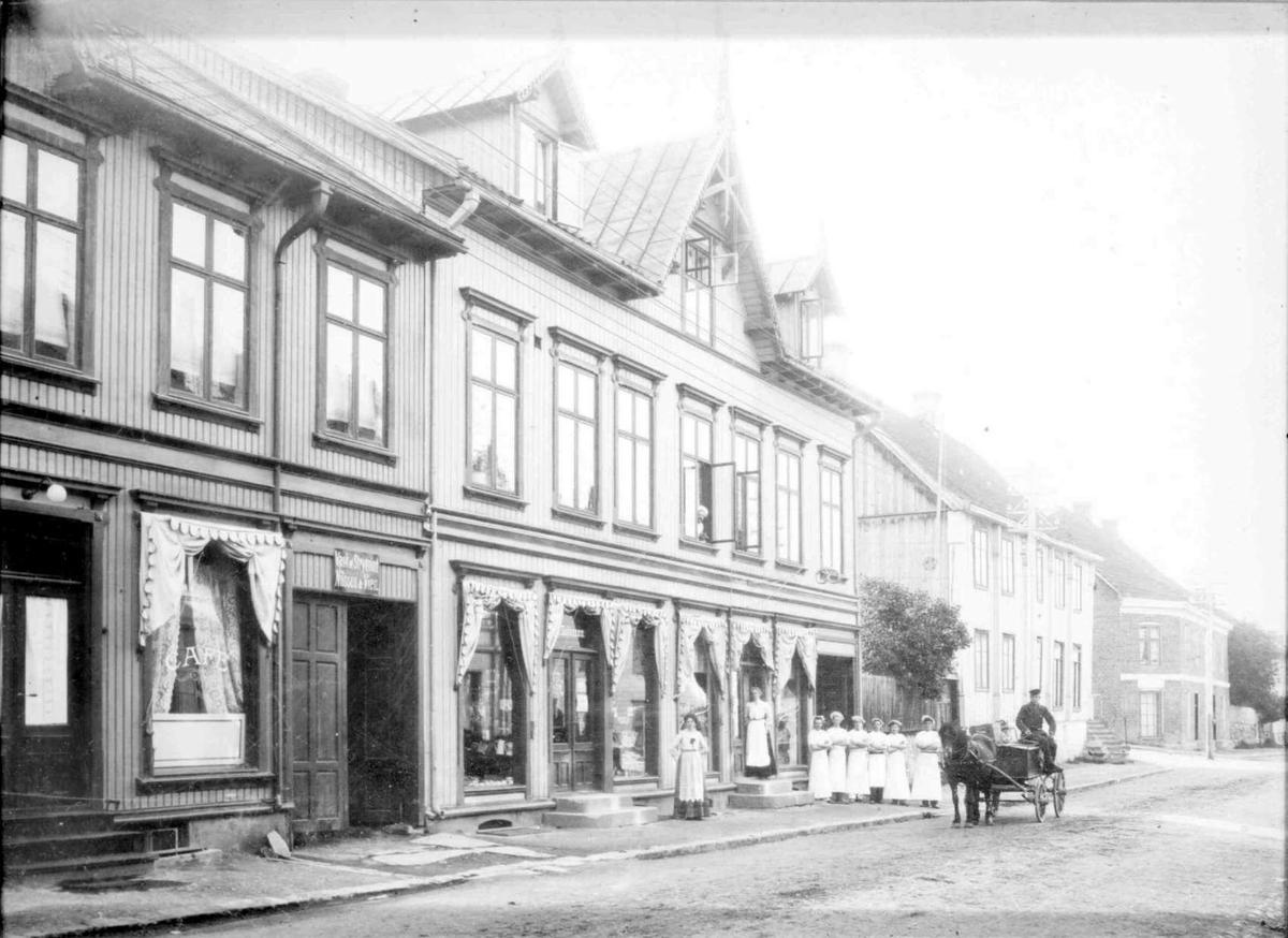Repro: Gatebilde, Storgata, Lillehammer, m/bakere utenfor Myhres bakeri.