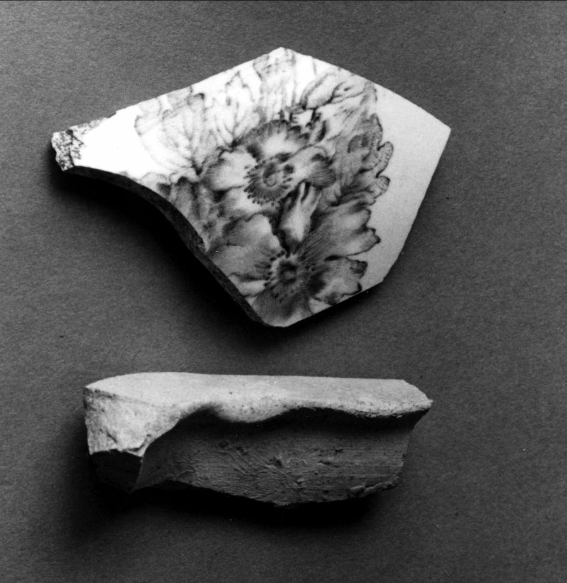 Samlingen utgörs av 2 kakelfragment, 1 porslinsfragment , glaserat och dekorerat av blommönster samt 1 fragment av kritpipskaft.