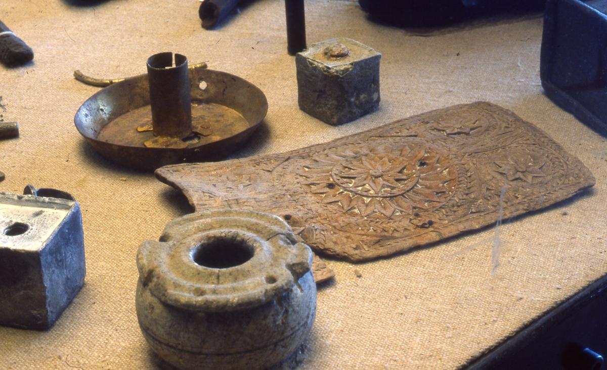 Vrakgjenstander. Keramikk, krukke, deksel og stearinholder av metall.
