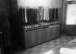 Slipsar på rad i klädaffär, Uppsala 1949