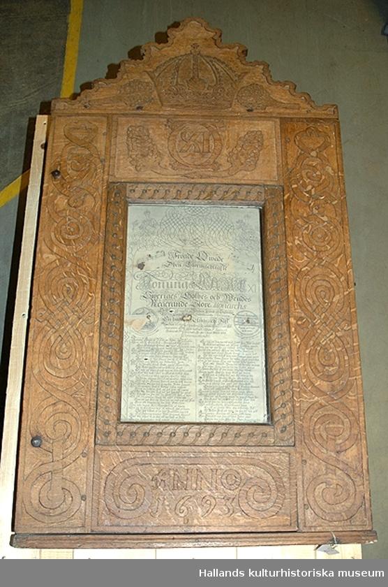 a) Skåp. Framsidan dekorerad med plattrelief, stiliserade bandmotiv, rankor mm. Carl XI:s monogram 1693. Krön med krona och vindruvsklasar. Rektangulär glastäckt öppning b) Täckt fröjdekväde