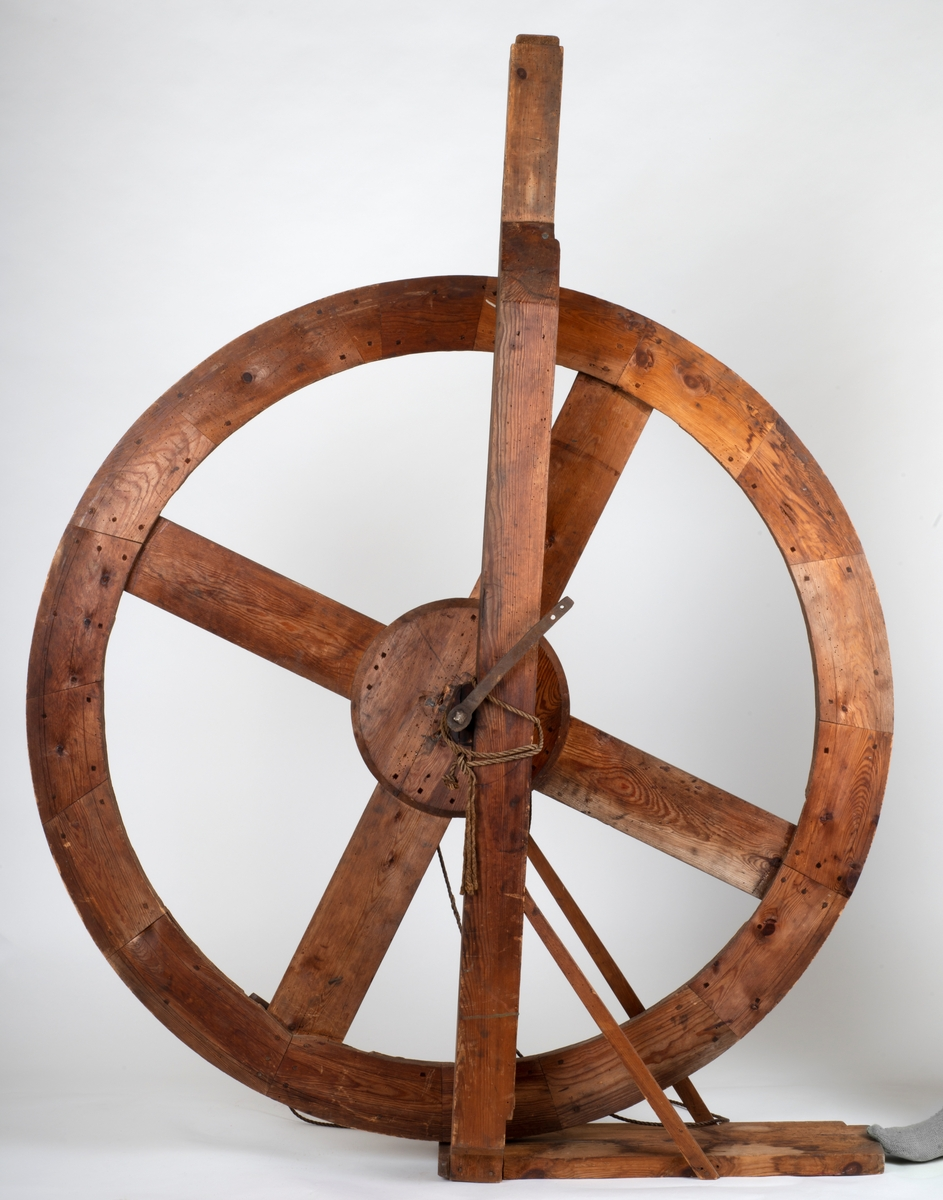 Takkelhjulet var montert i mønet på bryggen.  Heiseanordning for å laste opp fiskekasser osv.   Består av tre deler. Hjul, støtte og feste